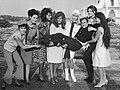 Dalida entourée d'amis.jpg