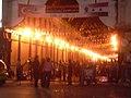 Damaskus, Eingang zum Souq al-Hamidiye beim ersten Abendentdeckungsspaziergang (38651214836).jpg