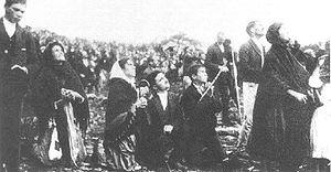 La foule contemple le miracle de Fatima, publi...