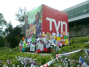 Felipe Camiroaga - An advertising balloon in the garden of TVN was decorated by the public with signs, flags and balloons after the plane crash.
