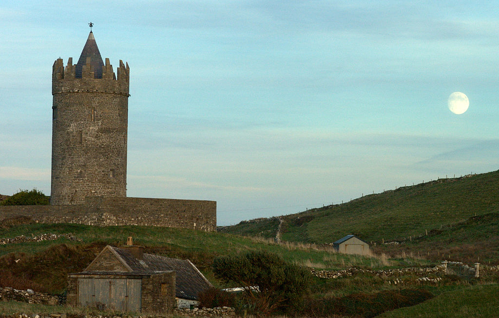 Dvorci koje verovatno nikada nećete posedovati - Page 3 1024px-Doonagore_moon