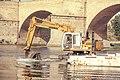 Dragando el Ebro (9370697457).jpg