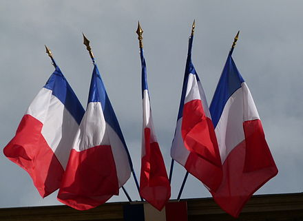 Multiple French flags as commonly flown from public buildings. Note that these flags use the lighter shades of blue and red. Drapeaux francais.jpg