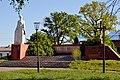 Dubechne Starovyzhivskyi Volynska-monument to the countryman-general view.jpg