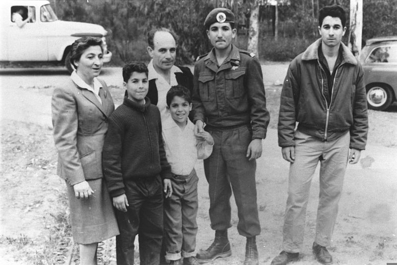 קובץ:Ehud Barak and family 1966-01-01.jpg