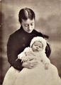Elzira Dantas Machado com o seu primeiro filho António (1883).png