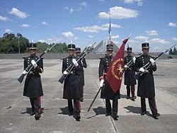 Escolta de cadetes portando el uniforme de gran gala o levita. a05b81700a5
