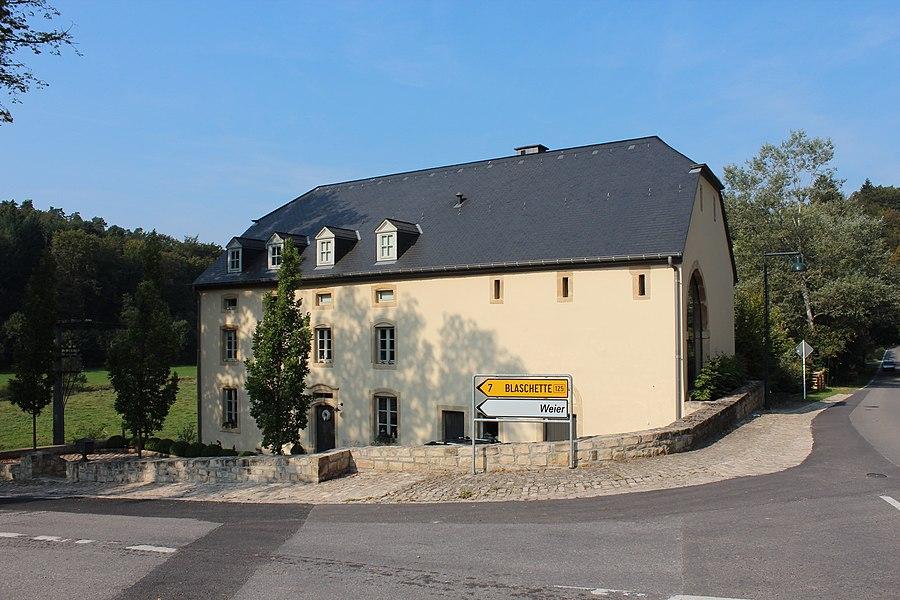2 rue du Moulin (Millewee) zu Fëschbech; de 15. Juni 2007 als nationaalt Monument klasséiert.