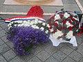 Fleurs sur la tombe du soldat inconnu.jpg