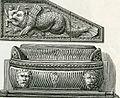 Gaeta sarcofago e scultura sotto l'arco trionfale del campanile della cattedrale.jpg