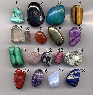 Alcune gemme: 1) turchese 2) ematite 3) crisocolla 4) occhio di tigre 5) quarzo 6) tormalina 7) corniola 8) pirite 9) sugilite 10) malachite 11) quarzo rosa 12) ossidiana