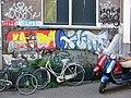 Graffiti en fietsen en bromscooters in Amsterdam 2009.jpg
