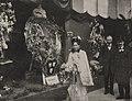 Großherzogin von Baden (Luise von Preußen (1838–1923, Tochter Wilhelm I.) inmitten ihrer Landsleute auf der Düsseldorfer Ausstellung, Foto Josef Henne, Düsseldorf 1904.jpg