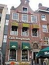 foto van Pand Grote Markt 42, voorgevel met Amsterdamse top (Café Hooghoudt)