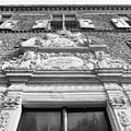 Grote portaal, beeldhouwwerk boven ingang - 's-Heerenberg - 20105743 - RCE.jpg