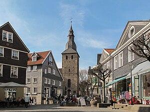 Straße mit Blick auf den Glockenturm der ehem. Johanniskirche