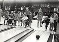 Het Krokus-bowlingtoernooi voor scholieren in de Zoete Inval. Aangekocht in 1984 van fotograaf C. de Boer.JPG