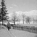 Hilde Eschen wandelt in de sneeuw bij Sistrans met op de achtergrond het Karwend, Bestanddeelnr 254-4272.jpg