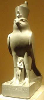 Statue de Nectanébo II protégé par le faucon Horus