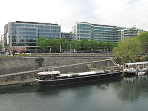 House barge at Levallois-Perret.jpg