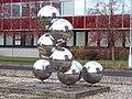 Hradec Králové, Akademika Heyrovského, plastika molekuly (01).jpg
