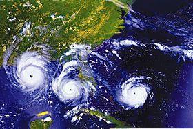 Kombinaĵo de tri satelito rigardas de Hurricane Andrew: alproksimiĝante al Florido, aperante en la Meksikian golfon, kaj alproksimiĝante al Luiziano