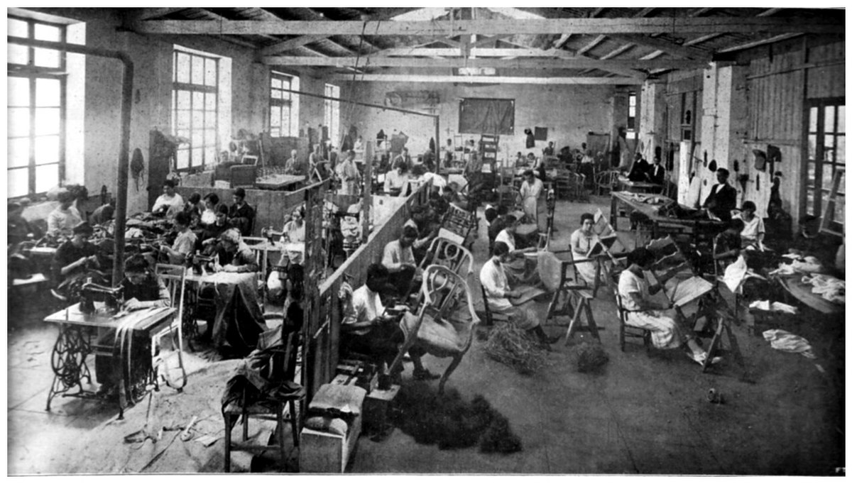 File il reparto tappezzeria della fabbrica di mobili for Mobili 800 italiano