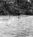 Indianerna går över den strida floden. Rio Yahuarmayo, Sydamerika. Peru - SMVK - 002494.tif