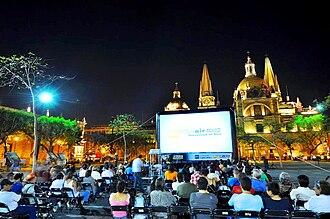 Guadalajara International Film Festival - Festival Internacional de Cine de Guadalajara con proyecciones al aire libre en una pantalla inflable.