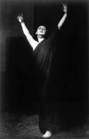 Free dance - Isadora Duncan performing free dance. Photo by Arnold Genthe during her 1915–18 American tour.