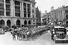 Een parade van de Japanse Soldaten in Een Straat van Singapore