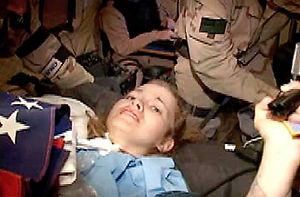 Le sauvetage de Jessica Lynch, mené par les forces spéciales U.S. en pleine couverture médiatique de l'Opération libération de l'Irak, fut décrié comme un show hollywoodien visant à atteindre l'opinion publique via le télespectateur; voir les articles sur le cinéma de sécurité nationale. Cette photo émane des services de presse de l'USCENTCOM.