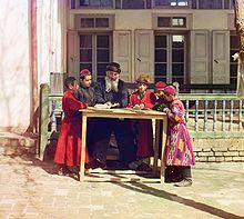 Description de l'image  Jewish_Children_with_their_Teacher_in_Samarkand.jpg.