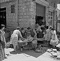 Jongen verkoopt broden vanaf zijn goederenvervoermiddel bestaande uit plank op k, Bestanddeelnr 255-2271.jpg