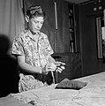Joodse jongen met een keppeltje op treft voorbereidingen voor het aanleggen van , Bestanddeelnr 255-4693.jpg
