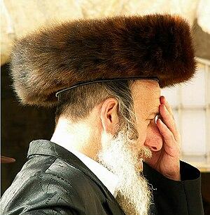 Judeu ortodoxo reza com um shtreimel, Kotel, Jerusalém.jpg