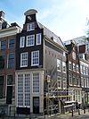 foto van Hoekhuis met later versoberde klokgevel
