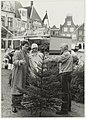 Kerstbomenverkoop op de Grote Markt. NL-HlmNHA 54016767 01.JPG