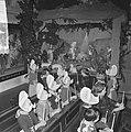 Kerstmis in Volendam, kinderen in de Vincentiuskerk kijken naar kerstkribbe, Bestanddeelnr 917-2635.jpg