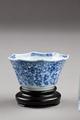 Kinesisk kopp på fotställ - Hallwylska museet - 95779.tif