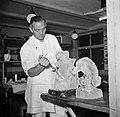 Kok maakt ijssculpturen in de keuken van restaurant Wivex, Bestanddeelnr 252-9141.jpg