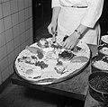Koks aan het werk in de keuken van restaurant Wivex, Bestanddeelnr 252-9151.jpg