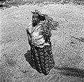 Kotomisi Pauline gekleed in feestkleding in rood, wit, blauw en met portretten v, Bestanddeelnr 252-5457.jpg