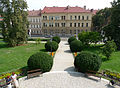 LIbeňský zámeček prostor před budovou.JPG