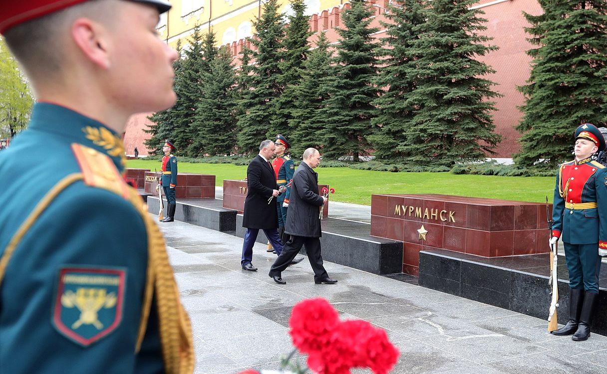 Laying wreath at the Tomb of the Unknown Soldier in Moscow 2017-05-09 012.jpg