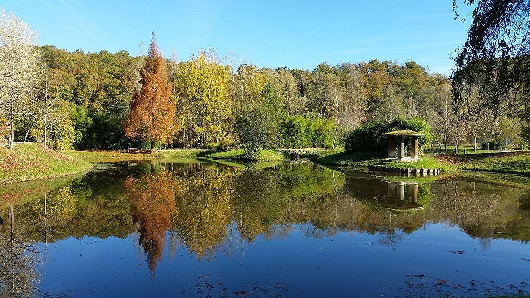 Le petit lac communal derrière les fontaines d'Eugénie-les-Bains