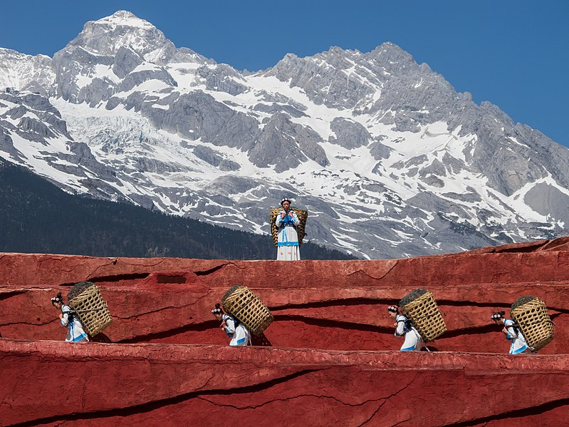 File:Lijiang Yunnan China-Naxi-people-carrying-baskets-01.jpg