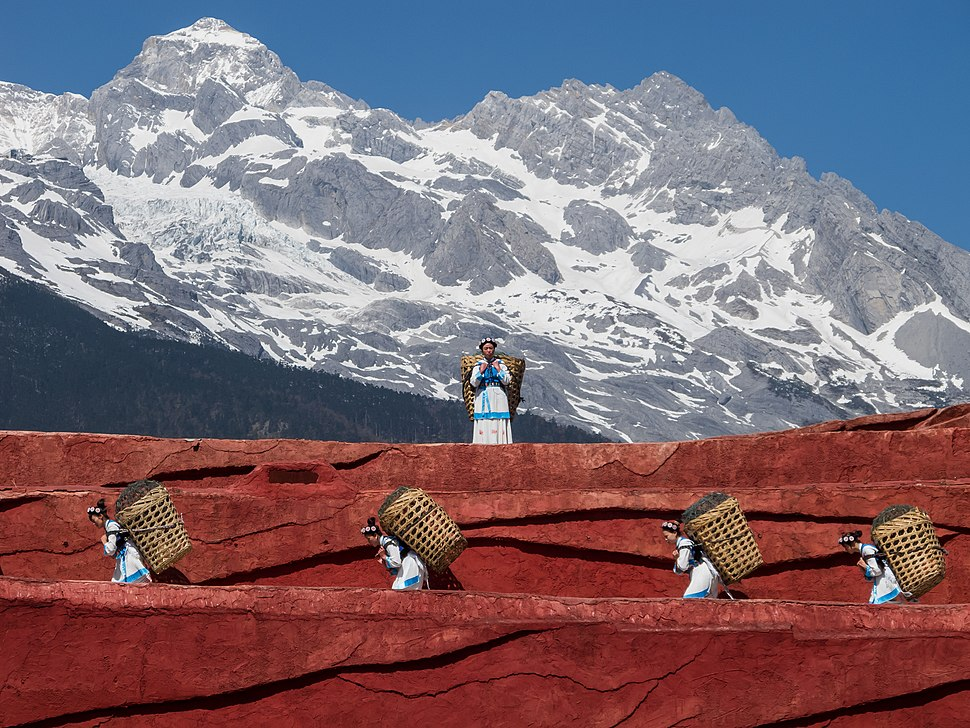 Lijiang Yunnan China-Naxi-people-carrying-baskets-01.jpg
