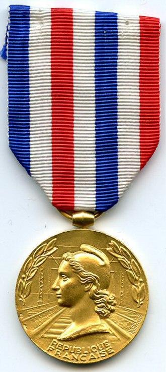 Honour medal of railroads - Image: MÉDAILLE D'HONNEUR DES CHEMINS DE FER 1953 1977 GRADE VERMEIL