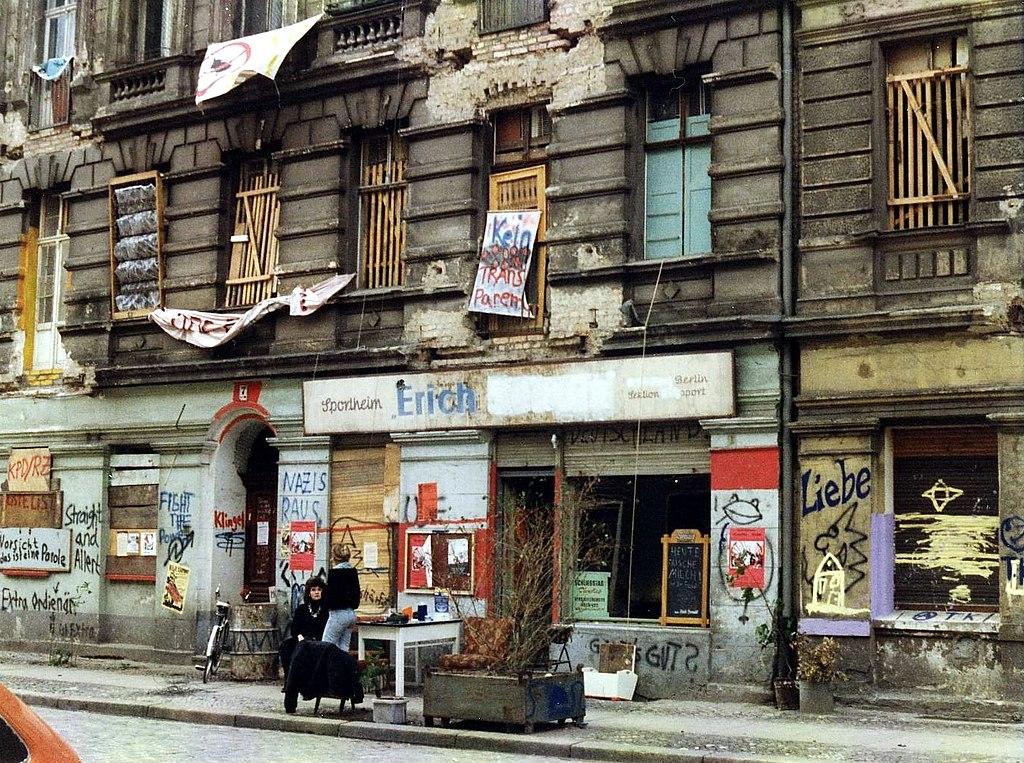 friedrichshain quartier de berlin est entre clubs karl marx et street art vanupied. Black Bedroom Furniture Sets. Home Design Ideas